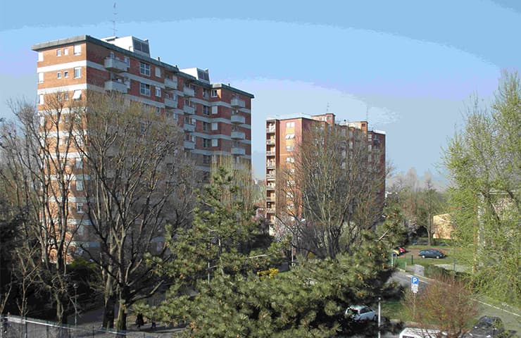 Edifici in QT8 (Ph Amanda Slater - Wikipedia)